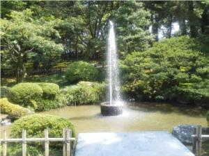 霞ヶ池との落差で吹き出す噴水