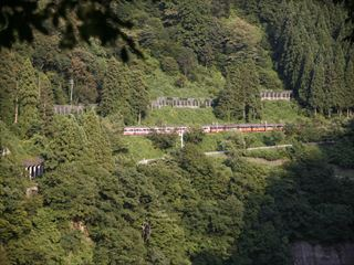 山沿いを走る列車